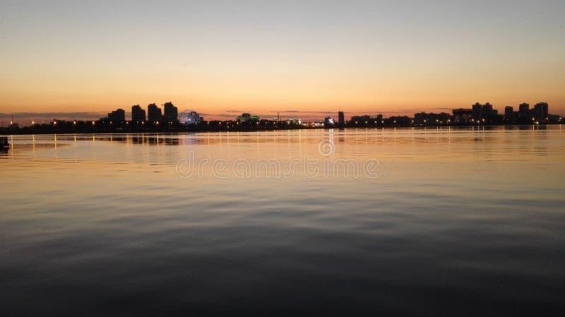 Schöner Panoramablick der Nachtstadt vom Fluss lizenzfreies stockbild