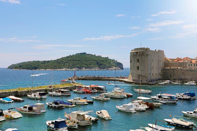 Schöner Panoramablick des alten Hafens von Dubrovnik mit Lokrum-Insel, Kroatien, Europa stockfoto