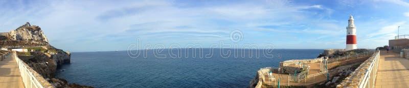 Schöner Panoramablick des Hintergrundes der Straße von Gibraltar, Europa-Kap-Punkt und den Leuchtturm lizenzfreie stockbilder