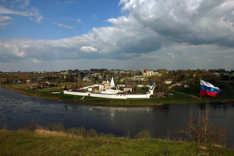 Schöner Panoramablick vom Hügel zum alten alten orthodoxen Weiß stockfotografie