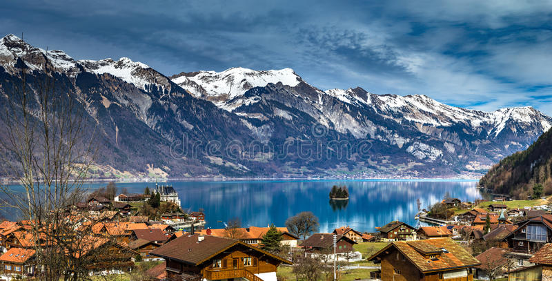 Schöner Panoramablick von blauem See in Iseltwald, die Schweiz lizenzfreie stockbilder