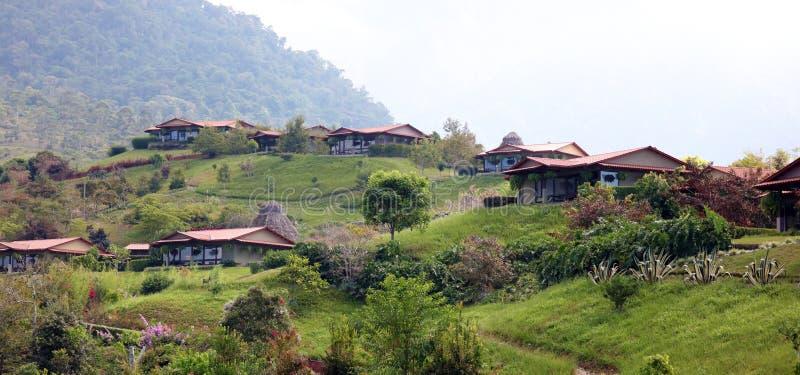Schöner Panoramablick von Häusern in den Bergen in Costa Rica mit grünem Dschungel lizenzfreie stockfotografie