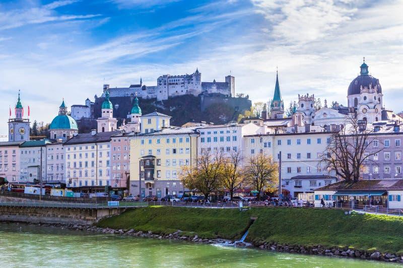 Schöner Panoramablick von Salzburg-, Salzach-Fluss und von Festung Festung Hohensalzburg im Herbst, Salzburg, Salzburger, Österre lizenzfreie stockfotos