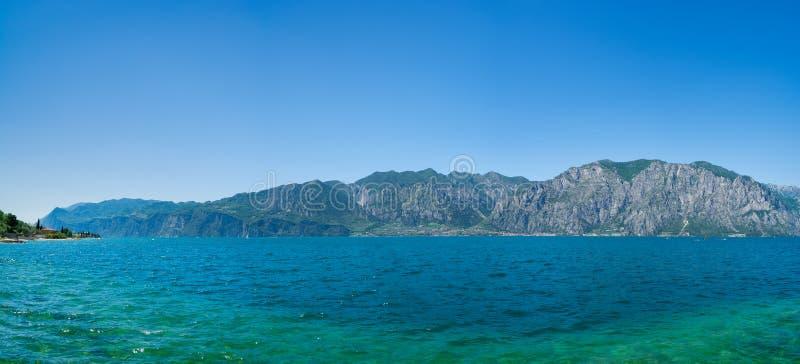 Schöner Panoramablick von See Garda Ansicht von Urlaubsstadt Limone Sul Garda, Italien lizenzfreie stockfotografie