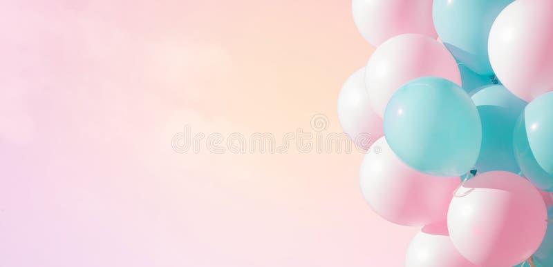 Schöner panoramischer Hintergrund mit den rosa und blauen Ballonen lizenzfreies stockfoto