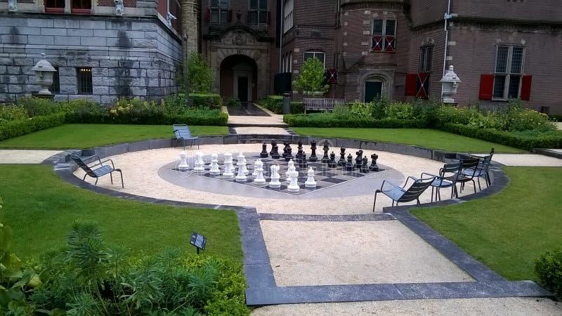 Schöner Park mit großem Schachbrett und -stücken lizenzfreie stockfotografie