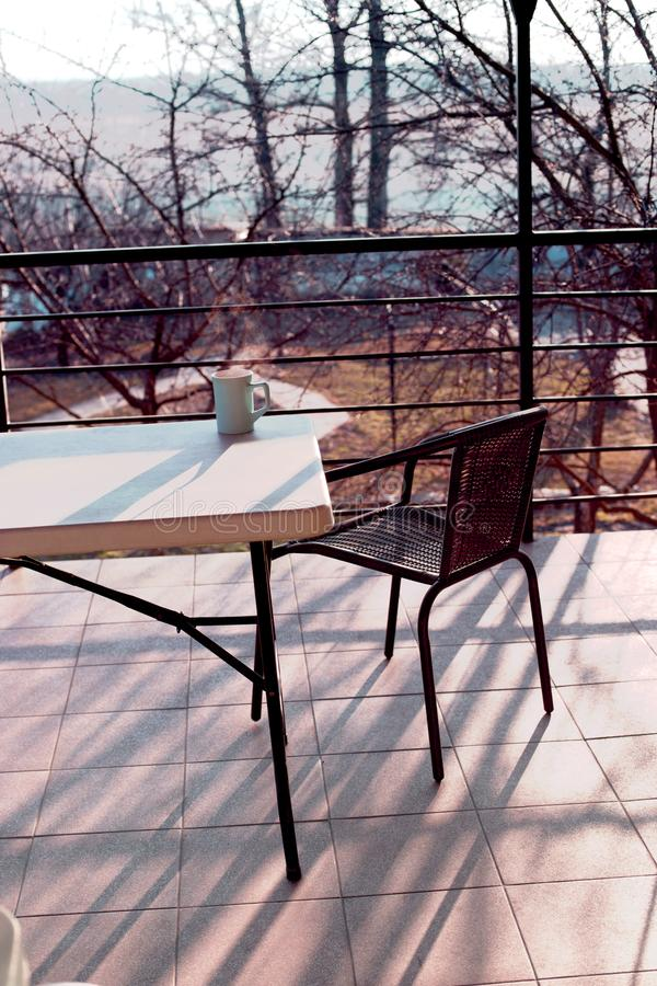 Schöner Patio im Freien mit Stuhl und Tabelle Rattanstuhl an t lizenzfreies stockbild
