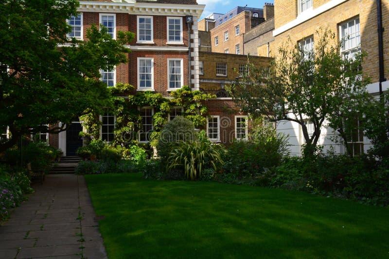 Schöner privater Garten im Sommer/im Frühling nahe Edwardian-Haus lizenzfreie stockbilder