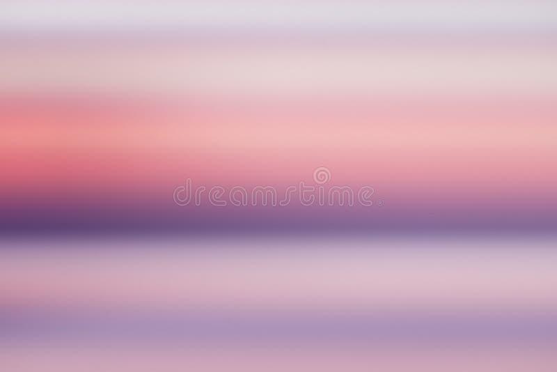 Schöner purpurroter Ozean der ruhigen Konzept Zusammenfassungs-Unschärfe mit rosa Himmelsonnenunterganghintergrund stock abbildung