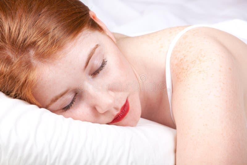 Schöner Redhead im Bett lizenzfreie stockbilder