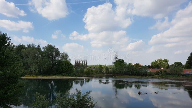Schöner Reflex auf einem Fluss in Italien, nahe der Stadt von Lodi lizenzfreie stockfotos