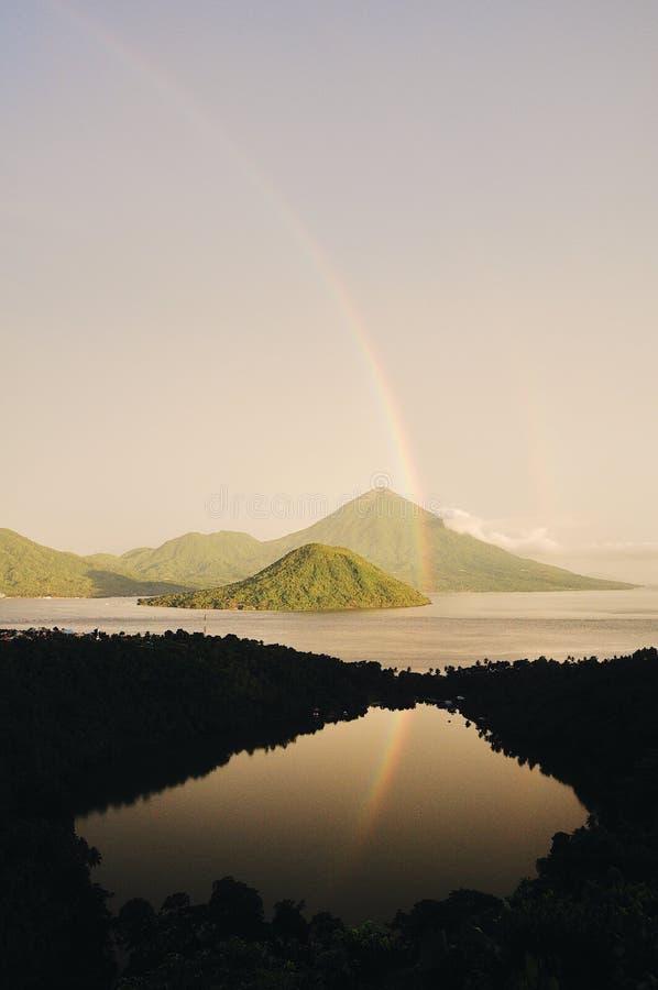 Schöner Regenbogen am düsteren Tag am Laguna See lizenzfreie stockfotografie