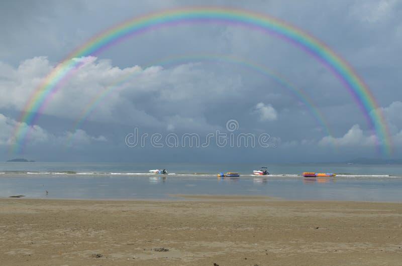 Schöner Regenbogen zwei auf den Wolken stockfoto