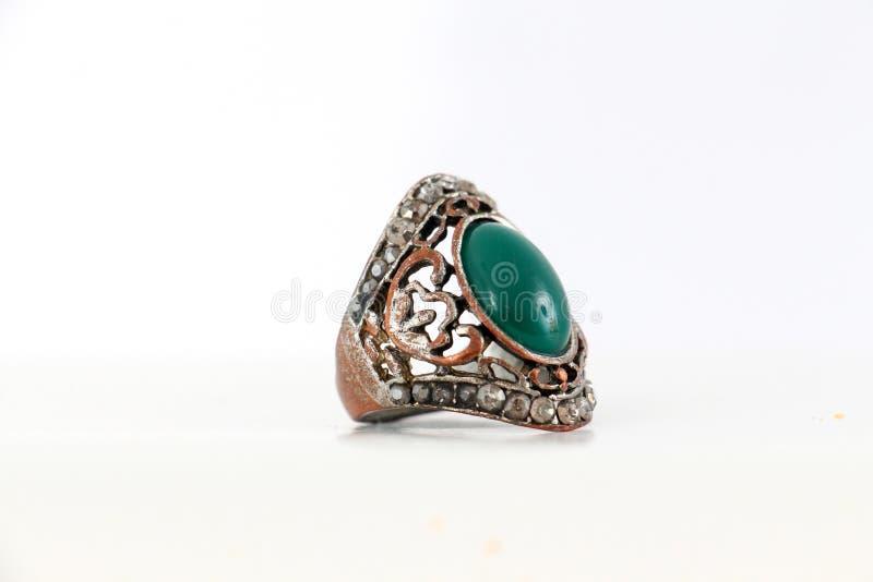 schöner Ring mit dem Edelstein lokalisiert auf Weiß stockfotografie