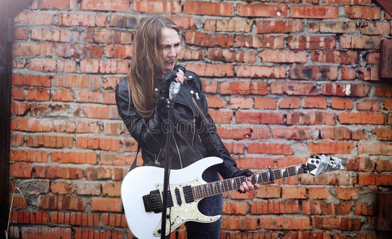 Schöner Rocker des jungen Mädchens mit E-Gitarre Ein Felsen musicia lizenzfreie stockfotos