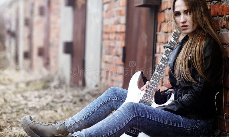 Schöner Rocker des jungen Mädchens mit E-Gitarre Ein Felsen musicia lizenzfreies stockfoto