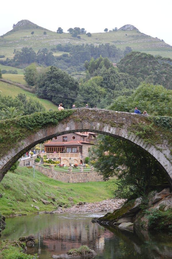 Schöner Roman Bridge That Really Was eingebaut im 16. Jahrhundert von Bartolome De La Hermosa In der Hintergrund die Meisen stockfoto