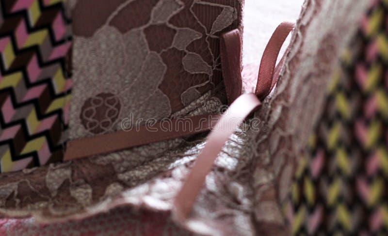 Schöner rosa Bogen auf rosa BH lizenzfreies stockfoto