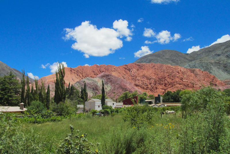 Schöner roter Felsenberg nahe Purmamarca-Dorf, Argentinien stockfoto