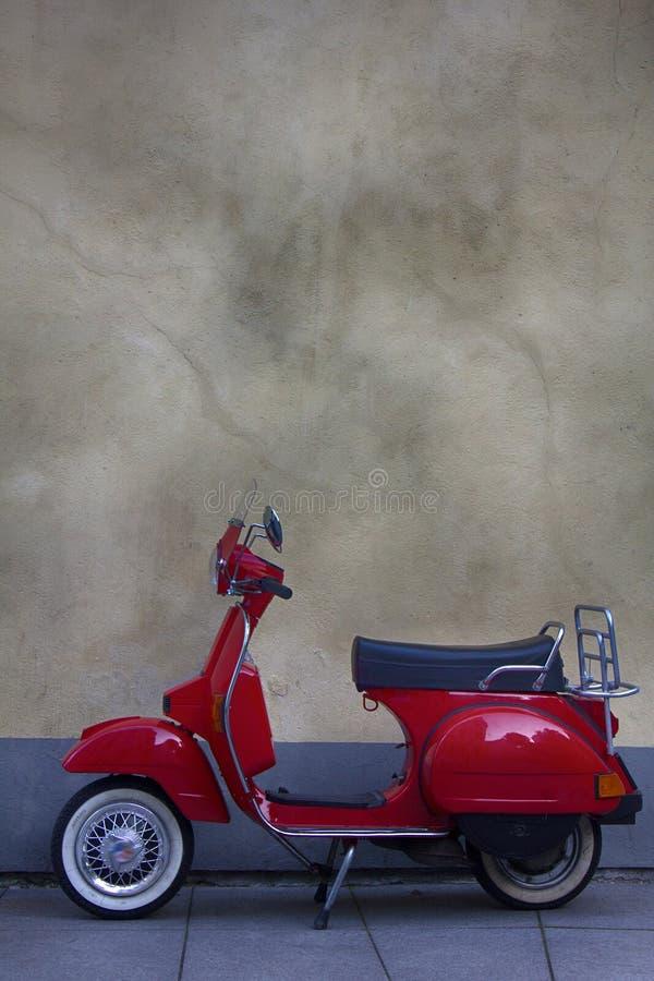 schöner roter Roller stockfoto