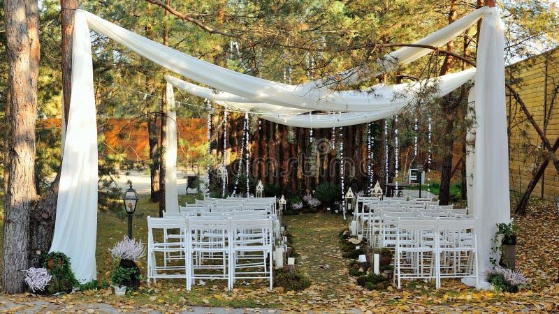 Schöner rustikaler Hochzeitsdekor, hölzerne Wand lizenzfreie stockfotos