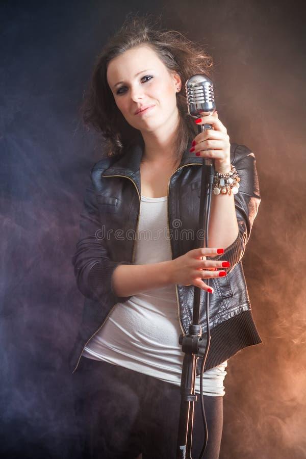 Schöner Sänger mit Mikrofon lizenzfreie stockfotos