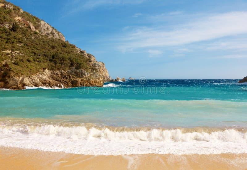 Schöner sandiger Strand in einer Bucht bei Paleokastritsa in Korfu, Greec stockfotos