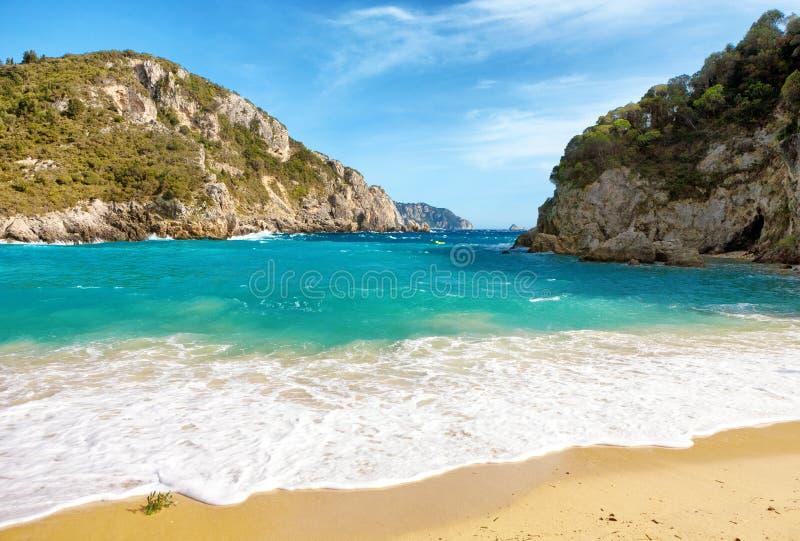 Schöner sandiger Strand in Paleokastritsa in Korfu-Insel, Griechenland lizenzfreies stockfoto