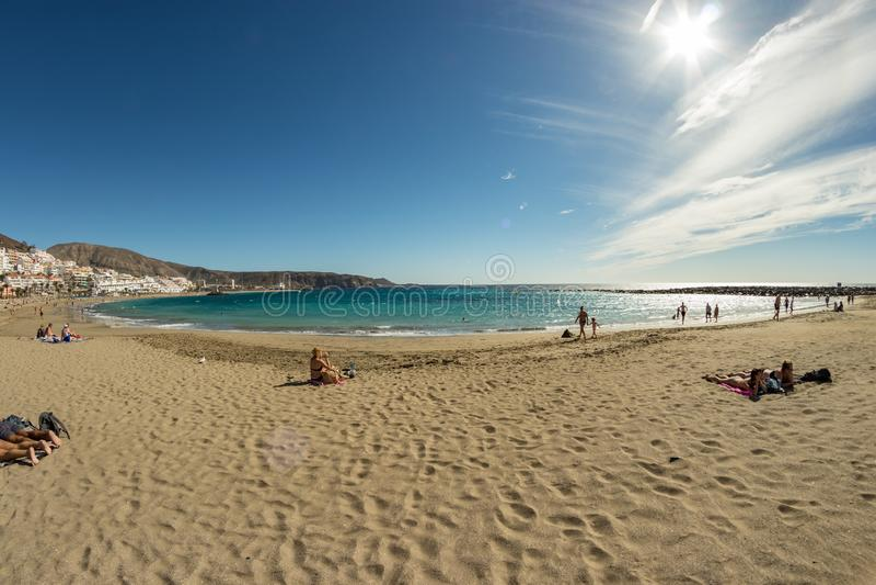 Schöner Sandstrand im Touristenort Playa de las Americas Super Weitwinkelpanoramablick Ein sonniger Tag mit sehr wenigen stockbilder