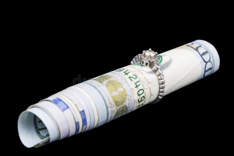 Schöner Schmuck Glänzender Ehering auf Dollarschein Konzept der Prenuptial Vereinbarung Ring With Rolled Up Currency-bankotes stockbild