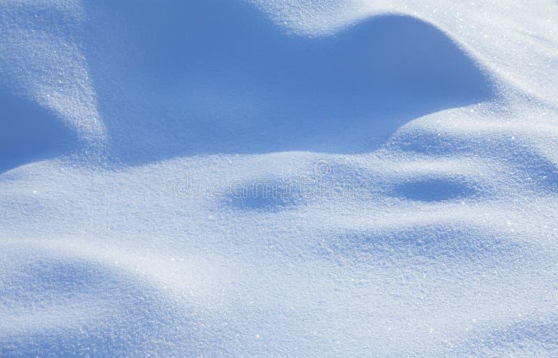 Schöner schneebedeckter strukturierter Hintergrund, bläuliche farbige Schneezusammenfassungs-Formoberfläche, flache Schärfentiefe lizenzfreies stockbild