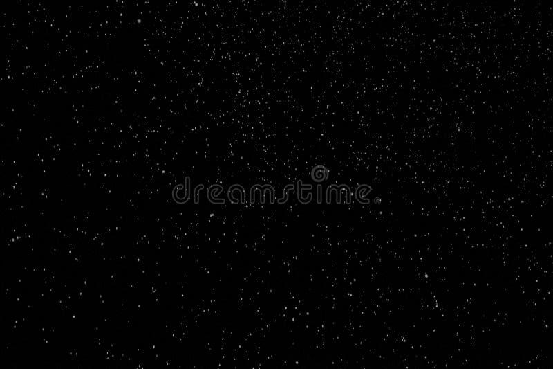 Schöner Schneefall isoliert auf schwarzem Hintergrund stockfotos