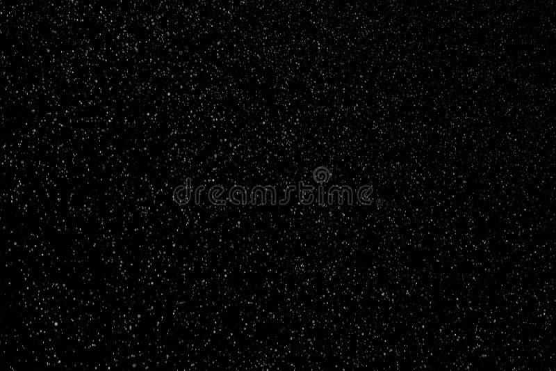 Schöner Schneefall isoliert auf schwarzem Hintergrund lizenzfreie stockbilder