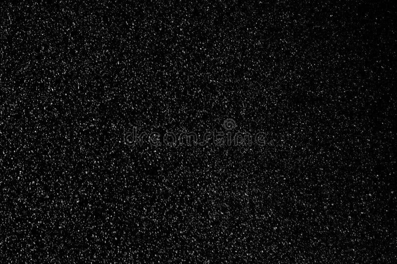 Schöner Schneefall isoliert auf schwarzem Hintergrund lizenzfreies stockbild