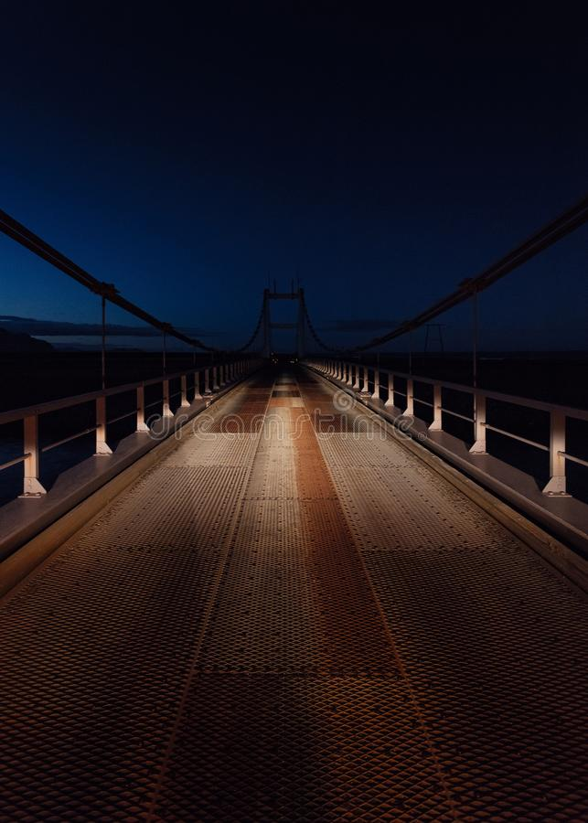 Schöner Schuss einer Stahlbrücke nachts lizenzfreie stockfotos