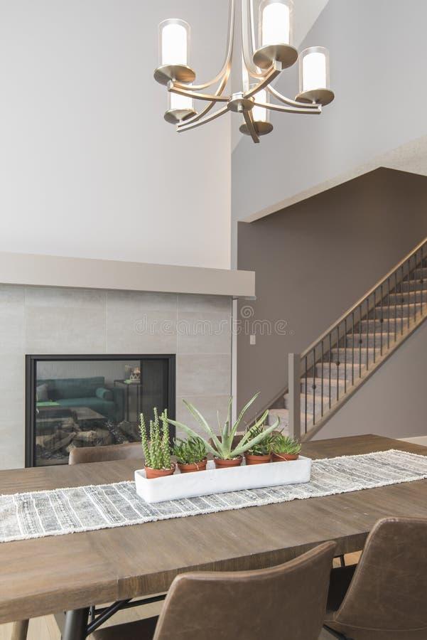 Schöner Schuss eines Esszimmers des modernen Hauses mit Anlagen und einem Kamin stockbild