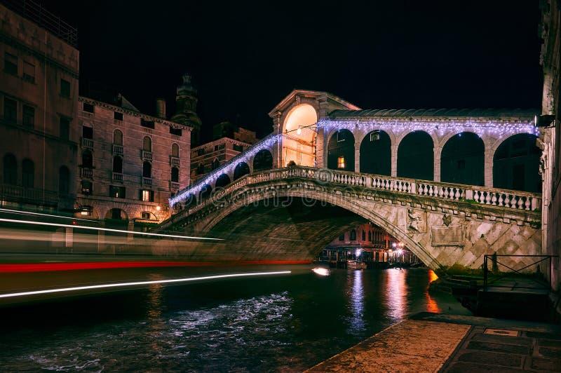 Schöner Schuss von einem Fluss und eine Steinbrücke mit Lichtgeschwindigkeitsspuren auf dem links stockfoto