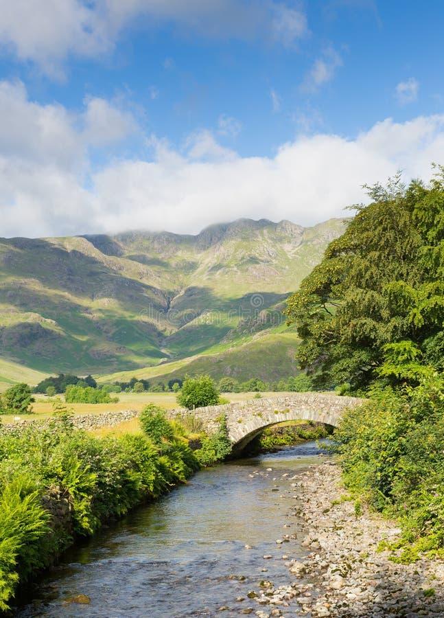 Schöner See-Bezirksfluß Mickleden Beck Langdale Valley durch alten Kerker Ghyll Cumbria England Vereinigtes Königreich Großbritan lizenzfreie stockfotografie