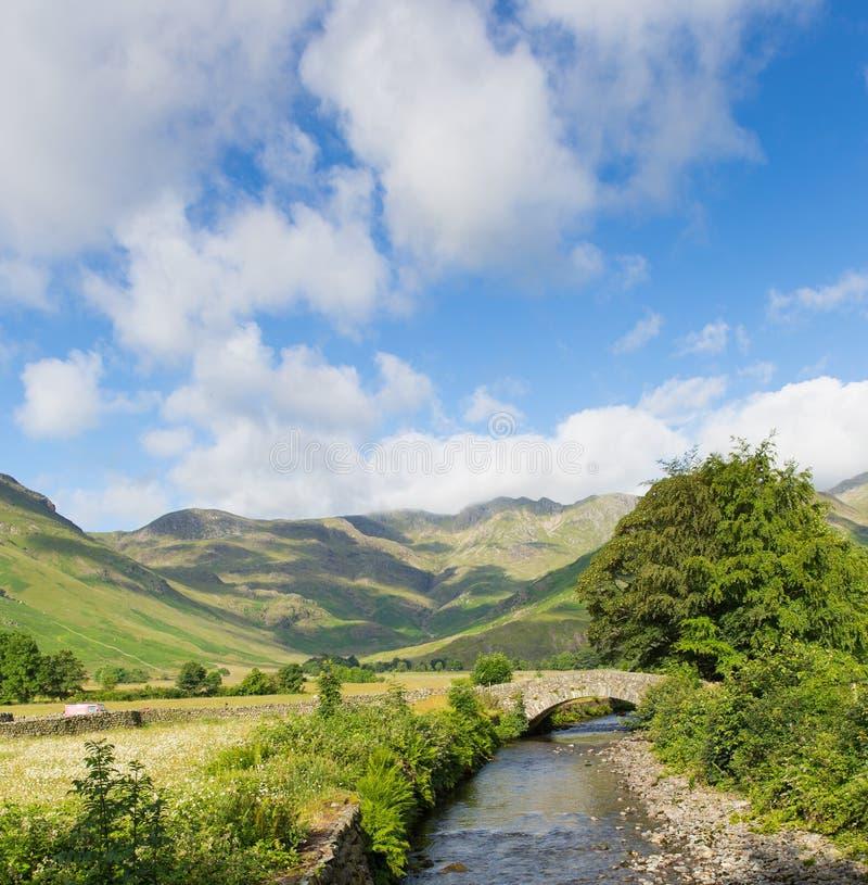 Schöner See-Bezirksfluß Mickleden Beck Langdale Valley durch alten Kerker Ghyll Cumbria England Vereinigtes Königreich Großbritan stockfoto