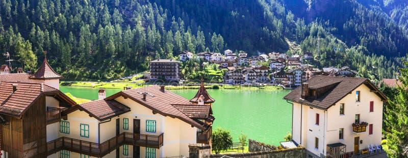 Schöner See Lago di Alleghe und Dorf in den Dolomiten-Alpen-Bergen, Norditalien stockfotografie