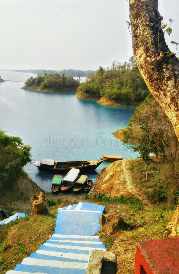 Schöner See mit Booten stockfotografie