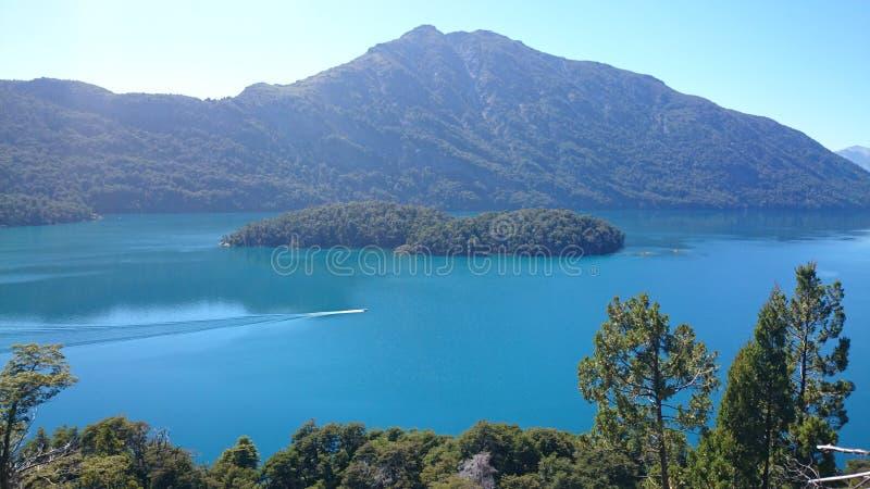 Schöner See mit Herz-förmigen Inseln nahe Bariloche, Argentinien stockbild