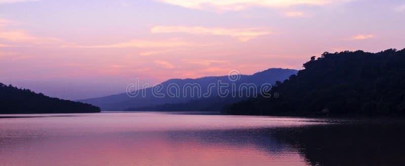 Schöner See nach Sonnenuntergang lizenzfreie stockbilder