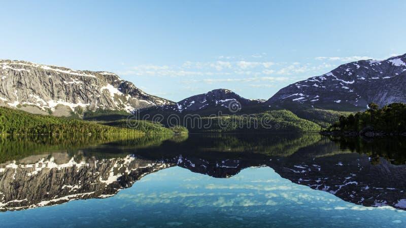 Schöner See in Norwegen-sorfold lizenzfreie stockfotos