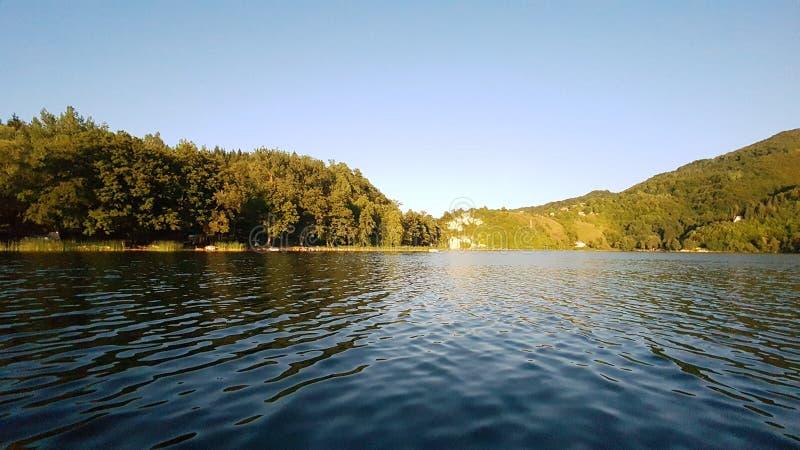 Schöner See und Hügel lizenzfreie stockbilder