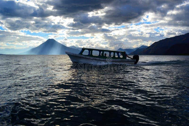 Schöner See von AtitlÃ-¡ n lizenzfreies stockbild