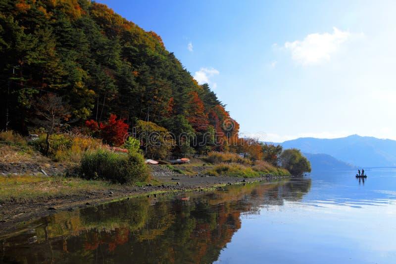 Schöner See während der Herbstsaison lizenzfreie stockfotos