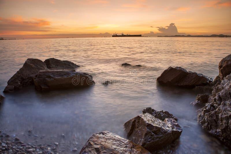 Schöner Seelandschafts- und Sonnenunterganghimmel an laem chabang chonburi Ost lizenzfreie stockbilder