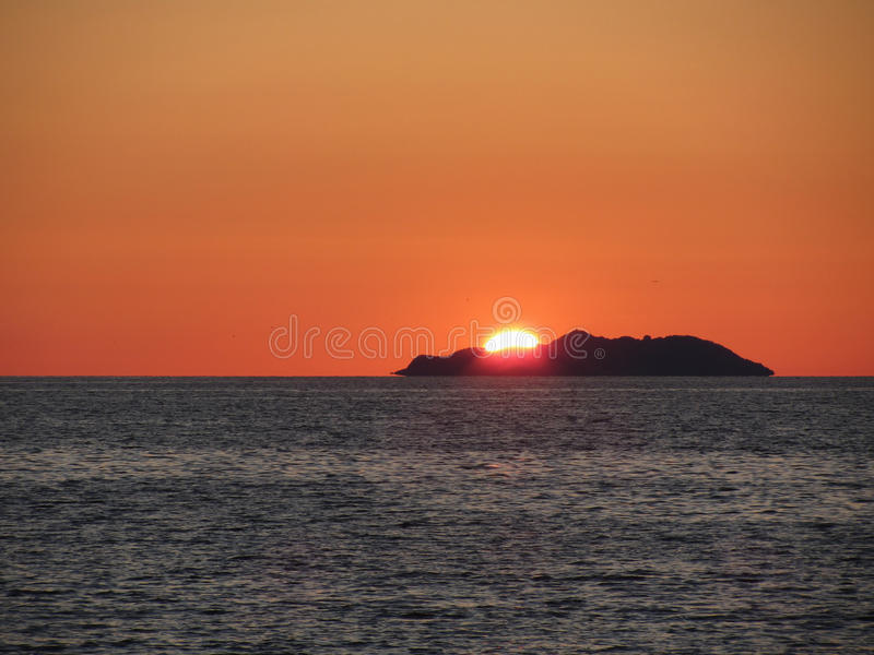Schöner Seesonnenuntergang mit Inselschattenbildpanorama Ansicht von Gorgona-Insel von Livorno-Stadt Toskana, Italien lizenzfreies stockbild