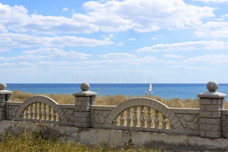 Schöner Seestrand in Krim lizenzfreies stockbild